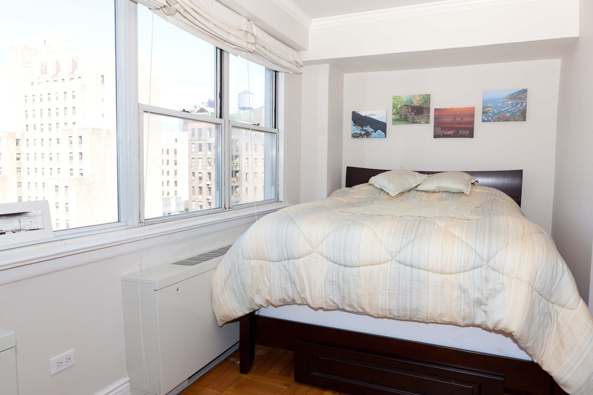 Queen sized bed in alcove