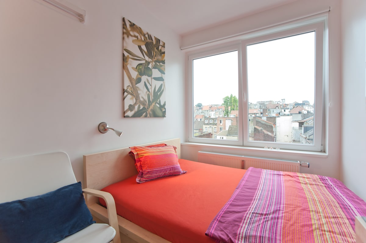 Colourful king-size bed (140 x 200 cm)