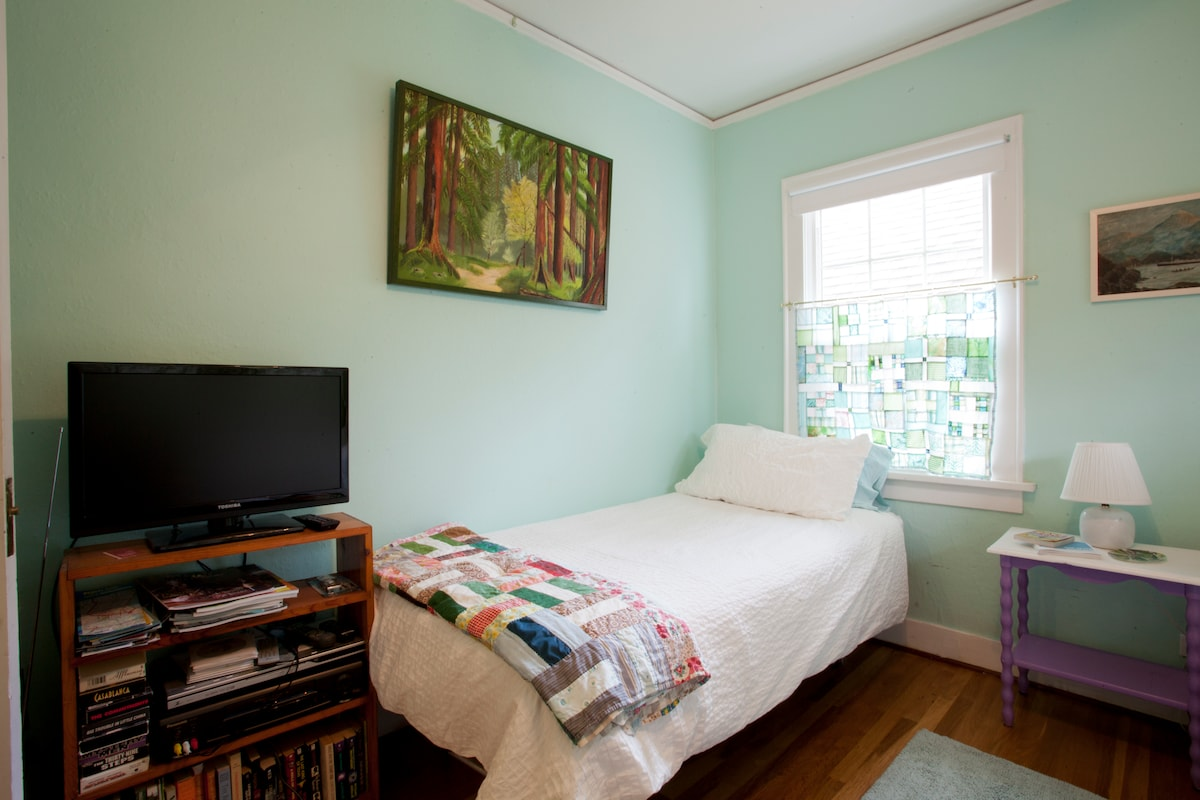 New TV and trundle bed in guest bedroom, give advance notice for trundle