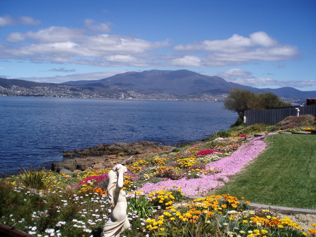 Hobart Waterfront with WOW Factor!