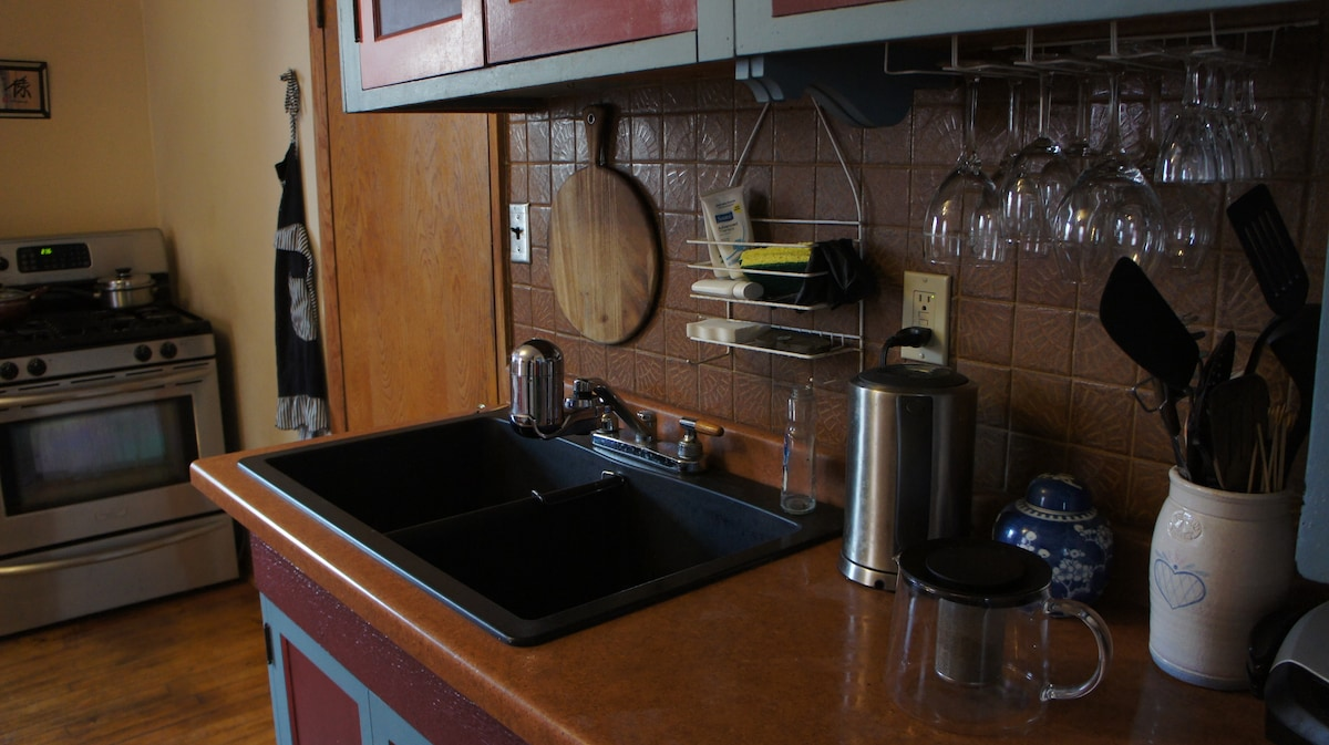 Full kitchen. Help yourself to tea, coffee, grains, fruit, and all the food in the fringe.