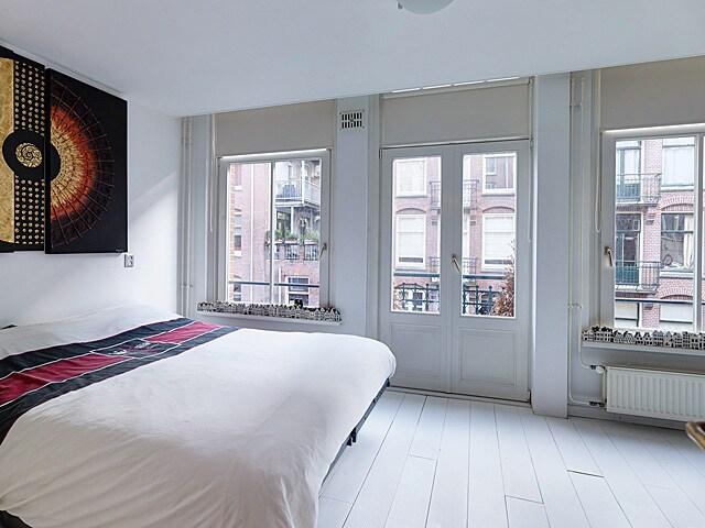 slaapkamer met uitzicht op de straat en op de kade (links)
