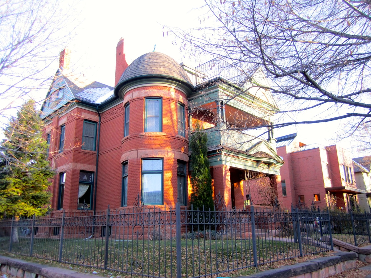 Beautiful and sexy 2 bedroom flat on 3rd floor of this Historic Victorian