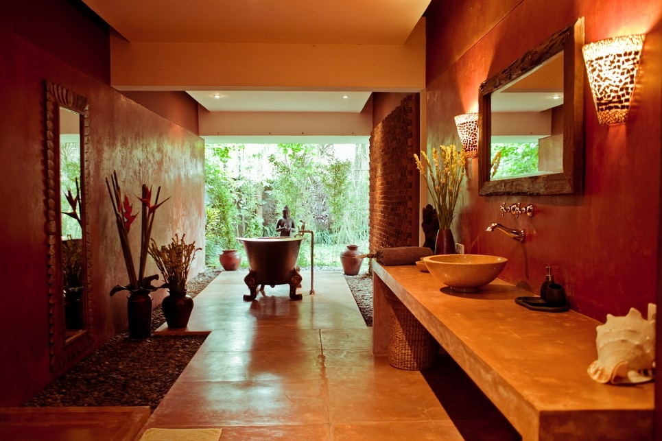 Vast bathroom in the stimulating and deeply relaxing copper colors
