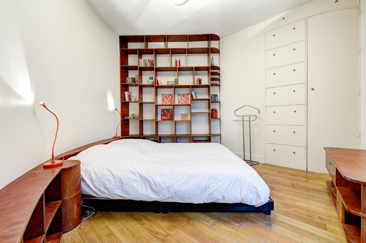The main bedroom with a comfortable bed for 2 people offering a large dressing as well