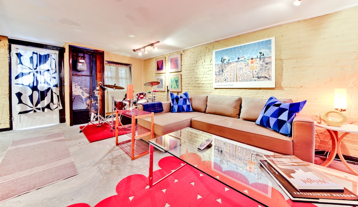 Comfortable seating area with large coffee table, the sofa can be pulled out into a queen size bed.