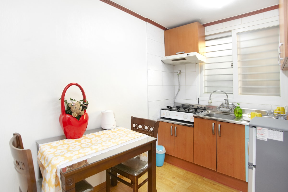 Twin Bed Room 1min from Itaewon Stn