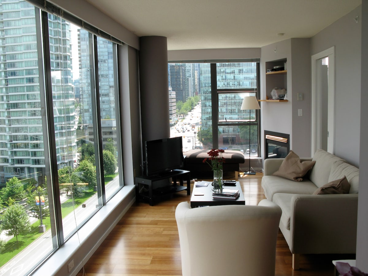 Living room where you can sit down and enjoy beautiful views or watch a DVD!
