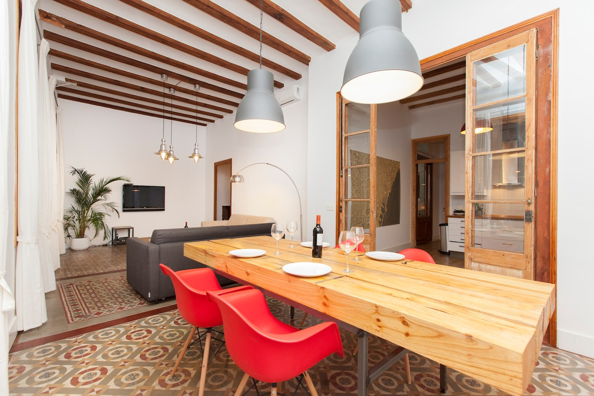 "Your own personal two bedroom 5 star hotel in the heart of ""El Born"" with 2 en-suites"