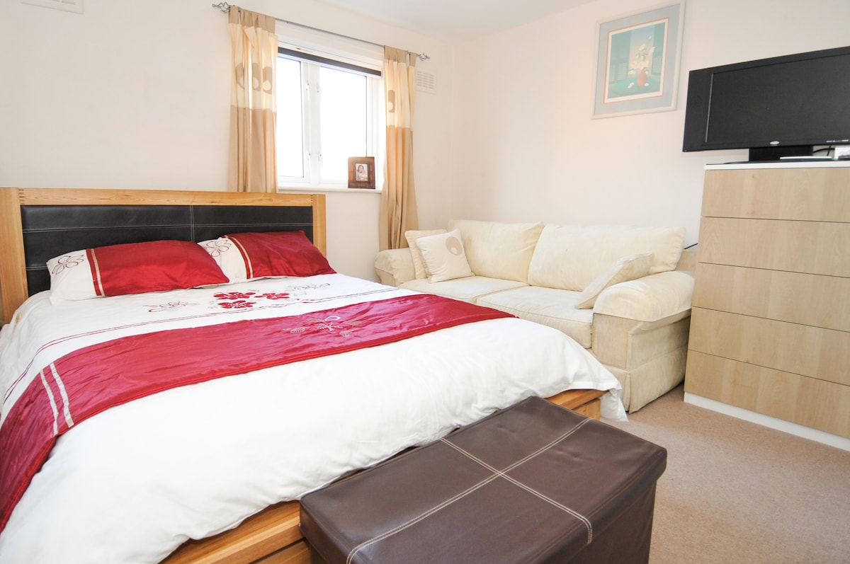 Large Executive Bedroom with en-suite facilities