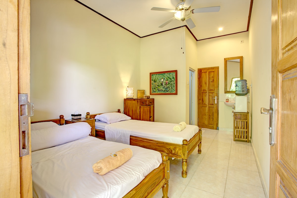 Twin Room with two single beds, air conditioning, en-suite bathroom, ceiling fan and mineral water dispenser.