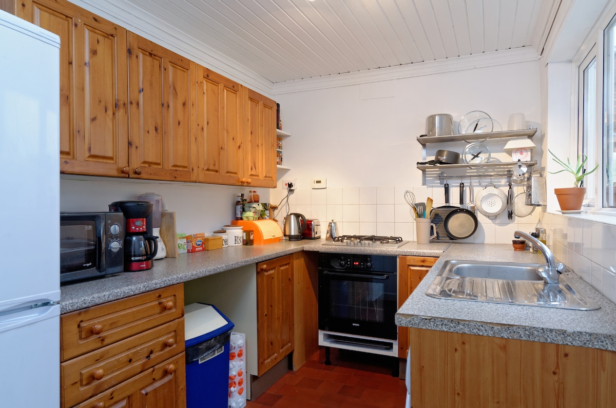 well equipped kitchen, gas hob, electric oven, large fridge freezer, microwave, washing machine