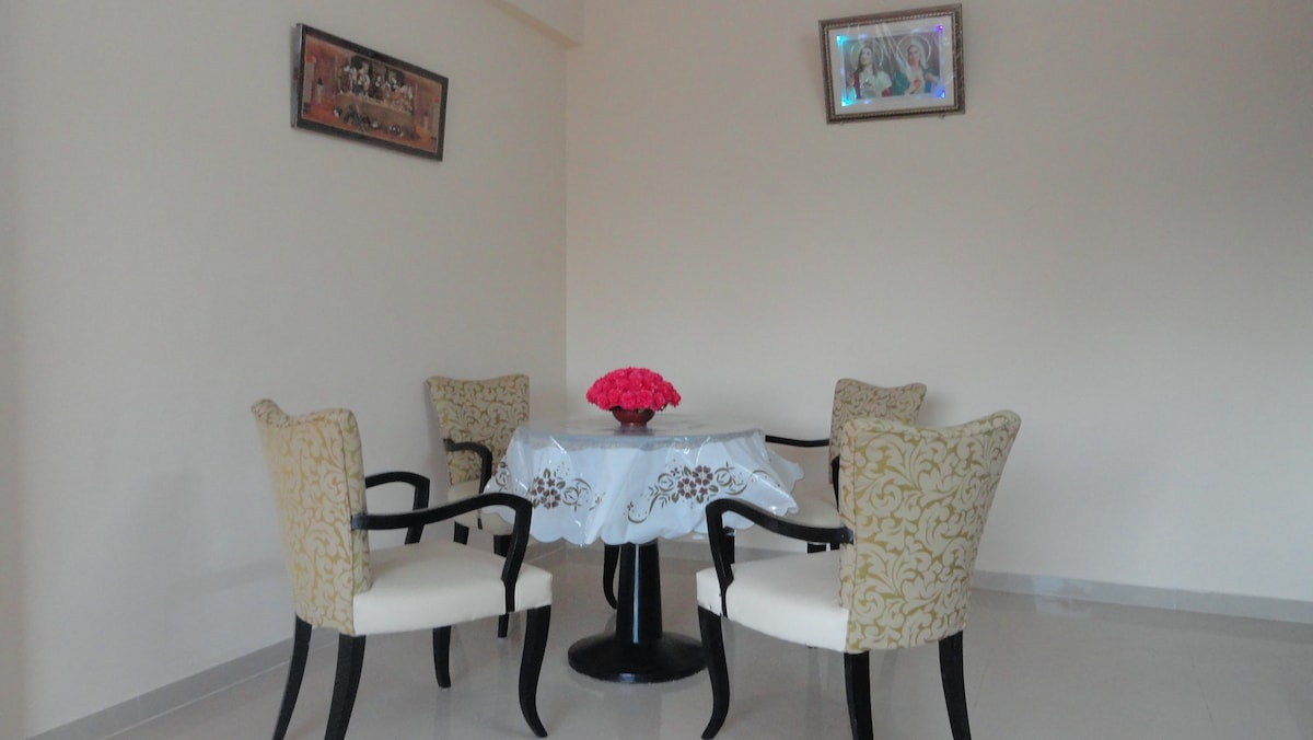 Dining Table & 4 Chairs with Arms