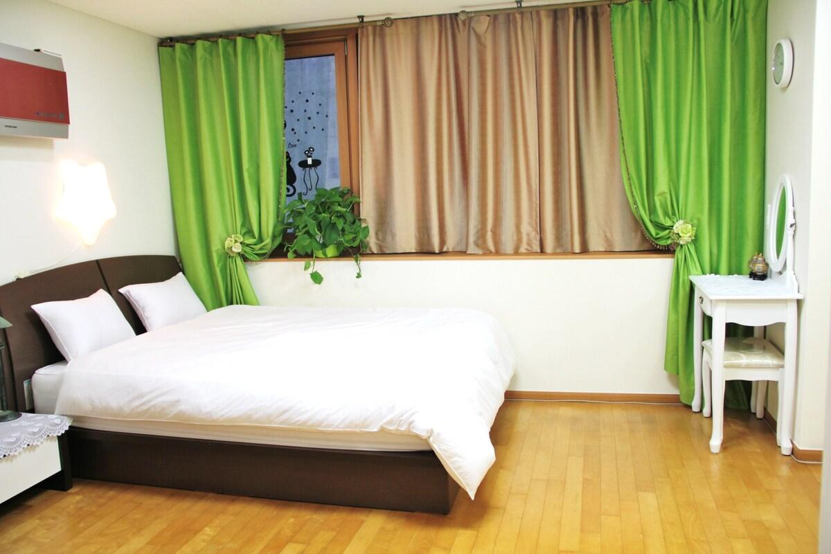 Clean & cozy Queen size bed in Studio like Hotel