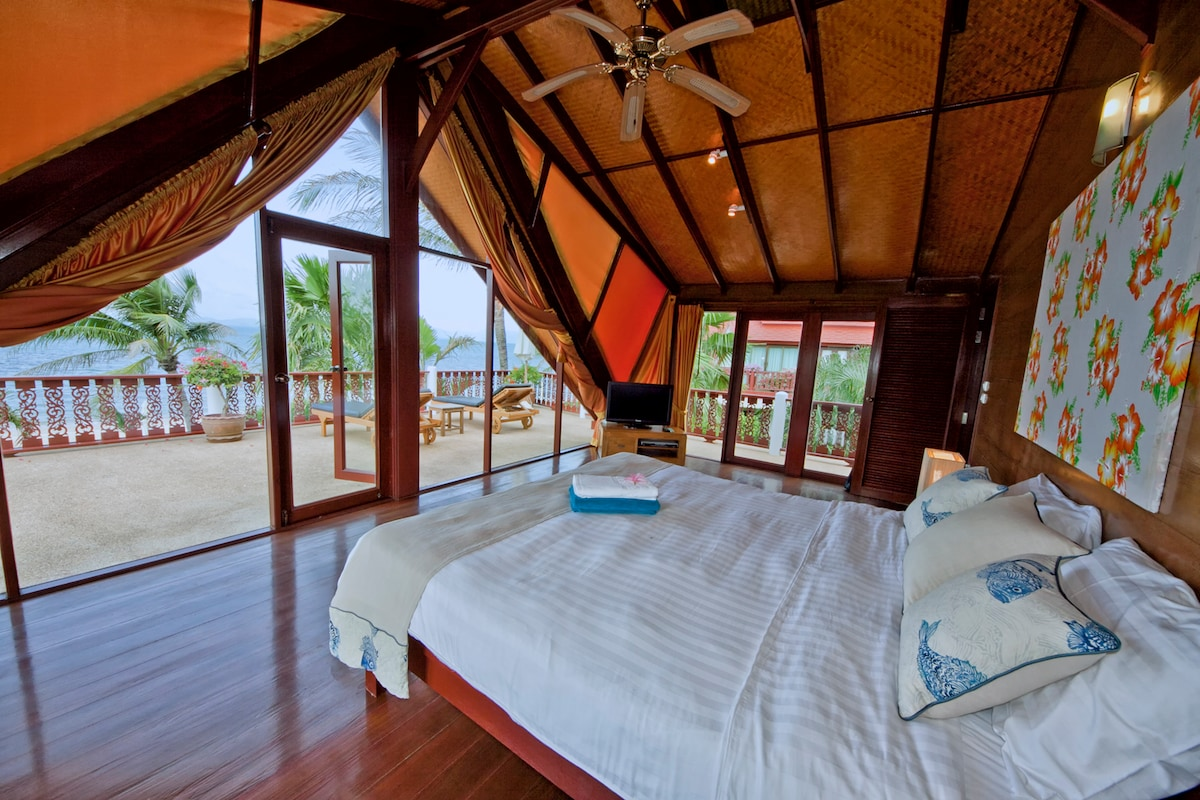 Master bedroom - perfect for romantic stay with view on the sea