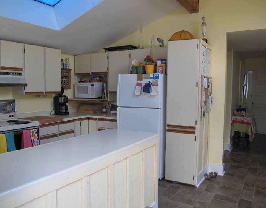 Kitchen with Coffee, microwave, toaster oven, dishwasher, herbs&spices, tea, condiments...