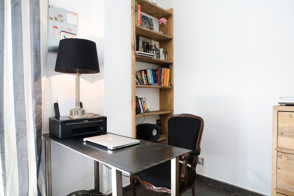 Desk corner ideal for web browsing - the flat is equipped with ADSL WIFI connection