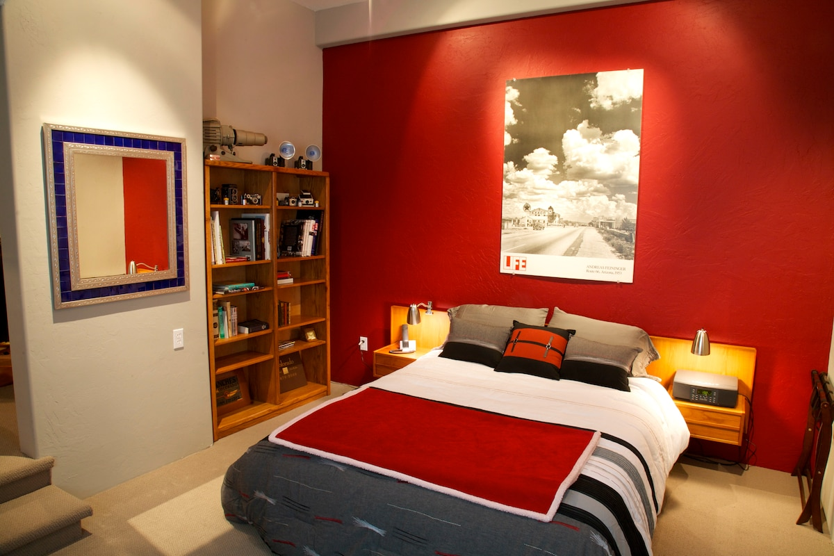 Spacious separate bedroom w/queen bed