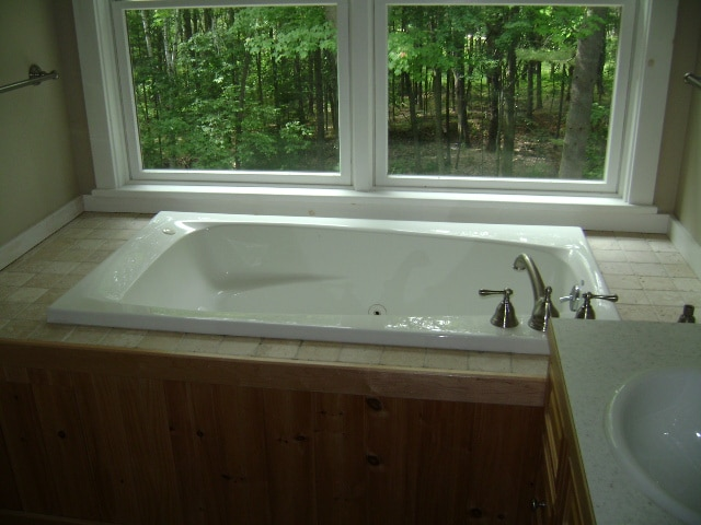 Jacuzzi in the upstairs bathroom