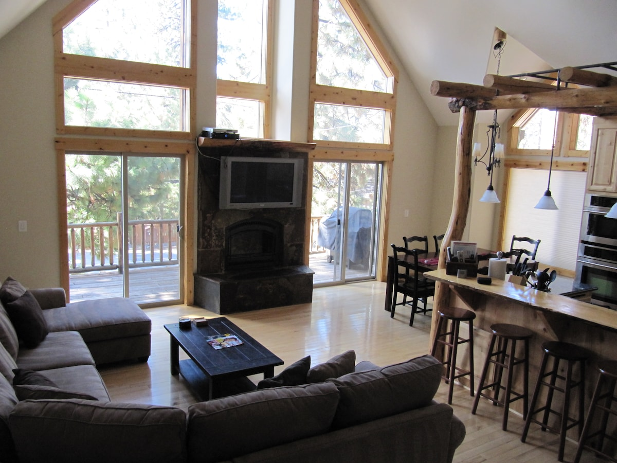 Great room with large front deck, 42 inch TV and comfortable seating