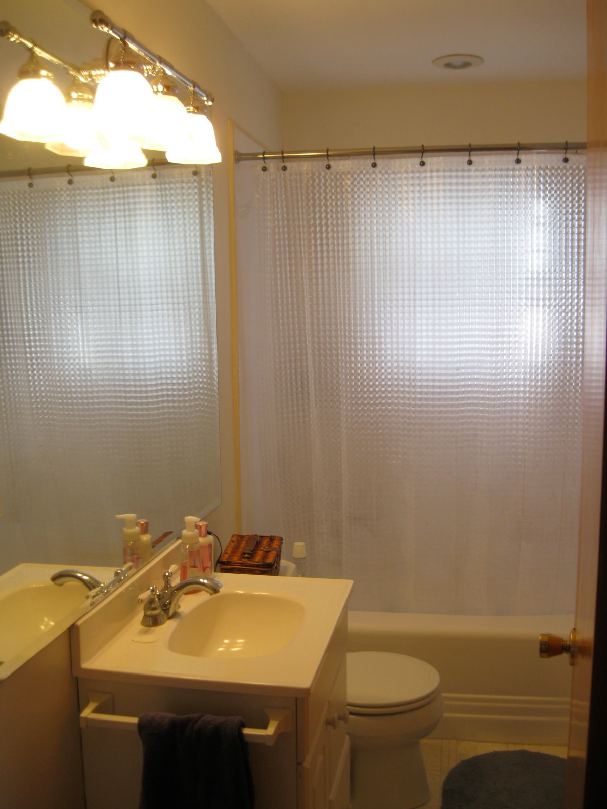 Bathroom- Clean and simple with everything you need. (towels included)