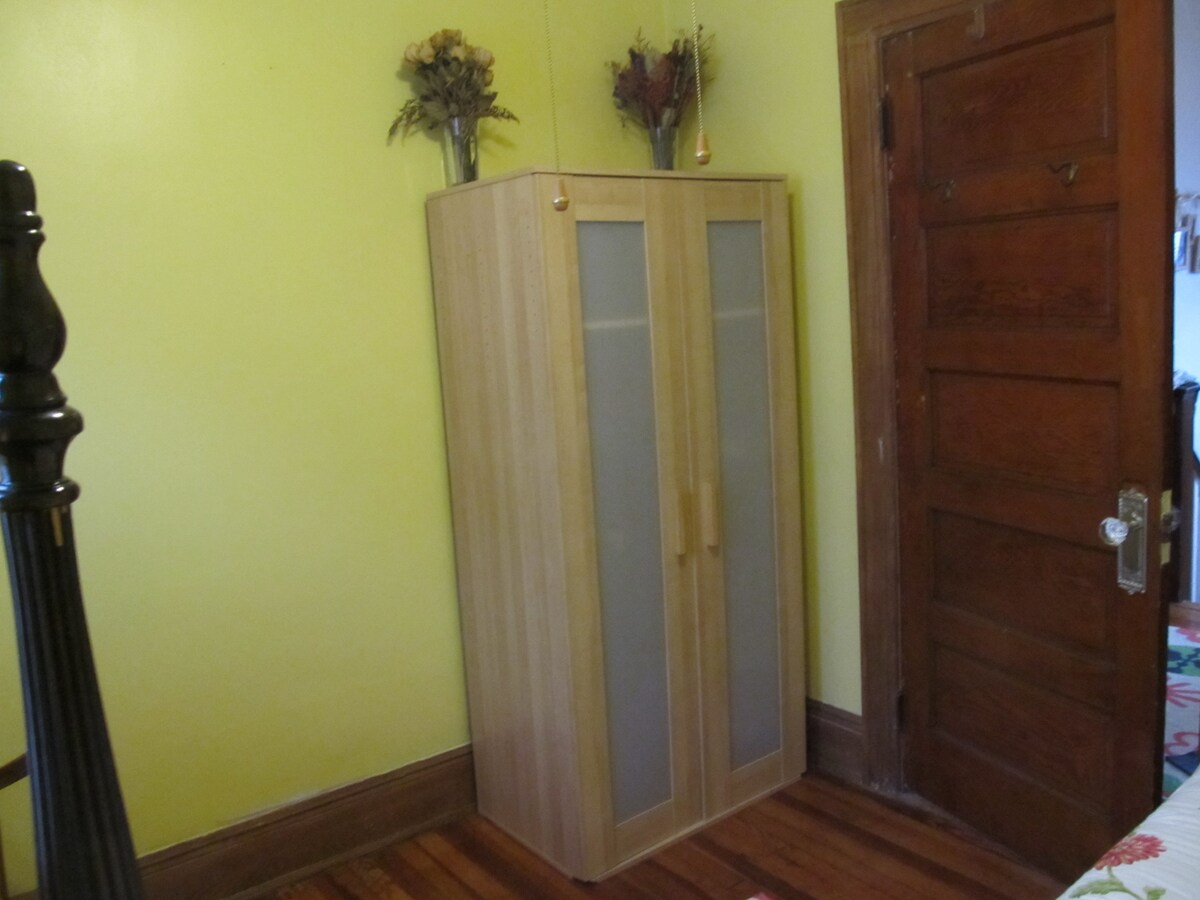 This compact room has a wardrobe and bookcase to keep your things during your stay.