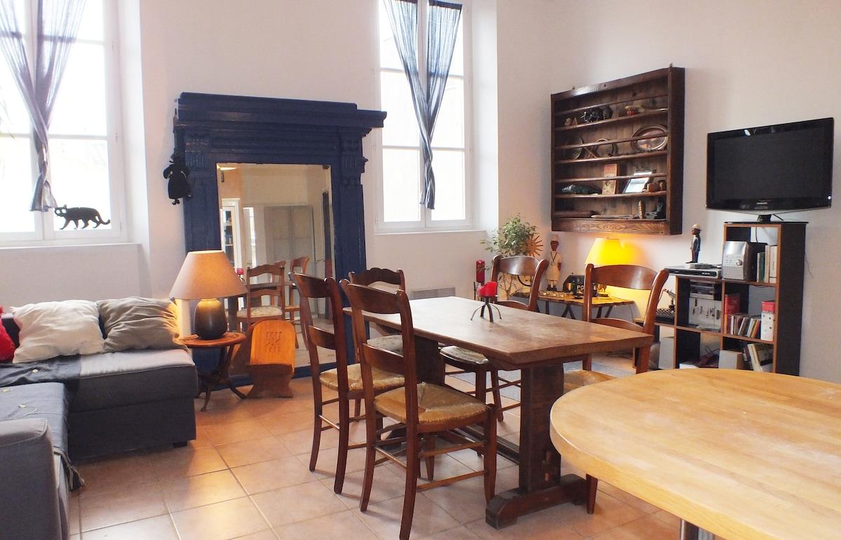 Salon avec cuisine ouverte.