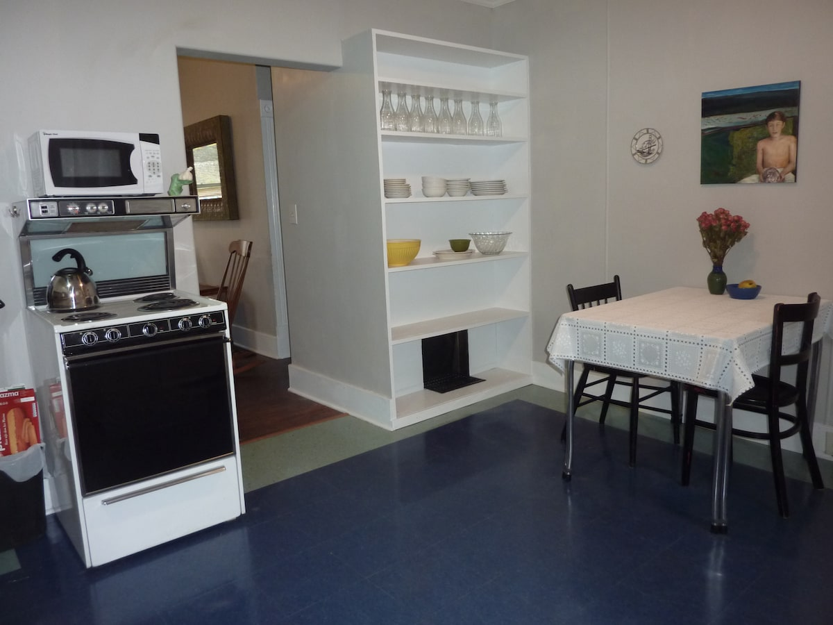 Well supplied little kitchen and dining room for easy meal preparation