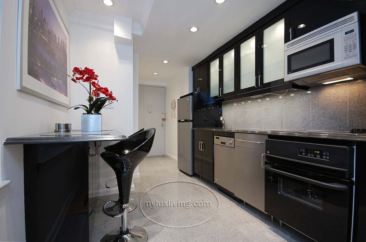 Kitchen with breakfast bar area to eat.