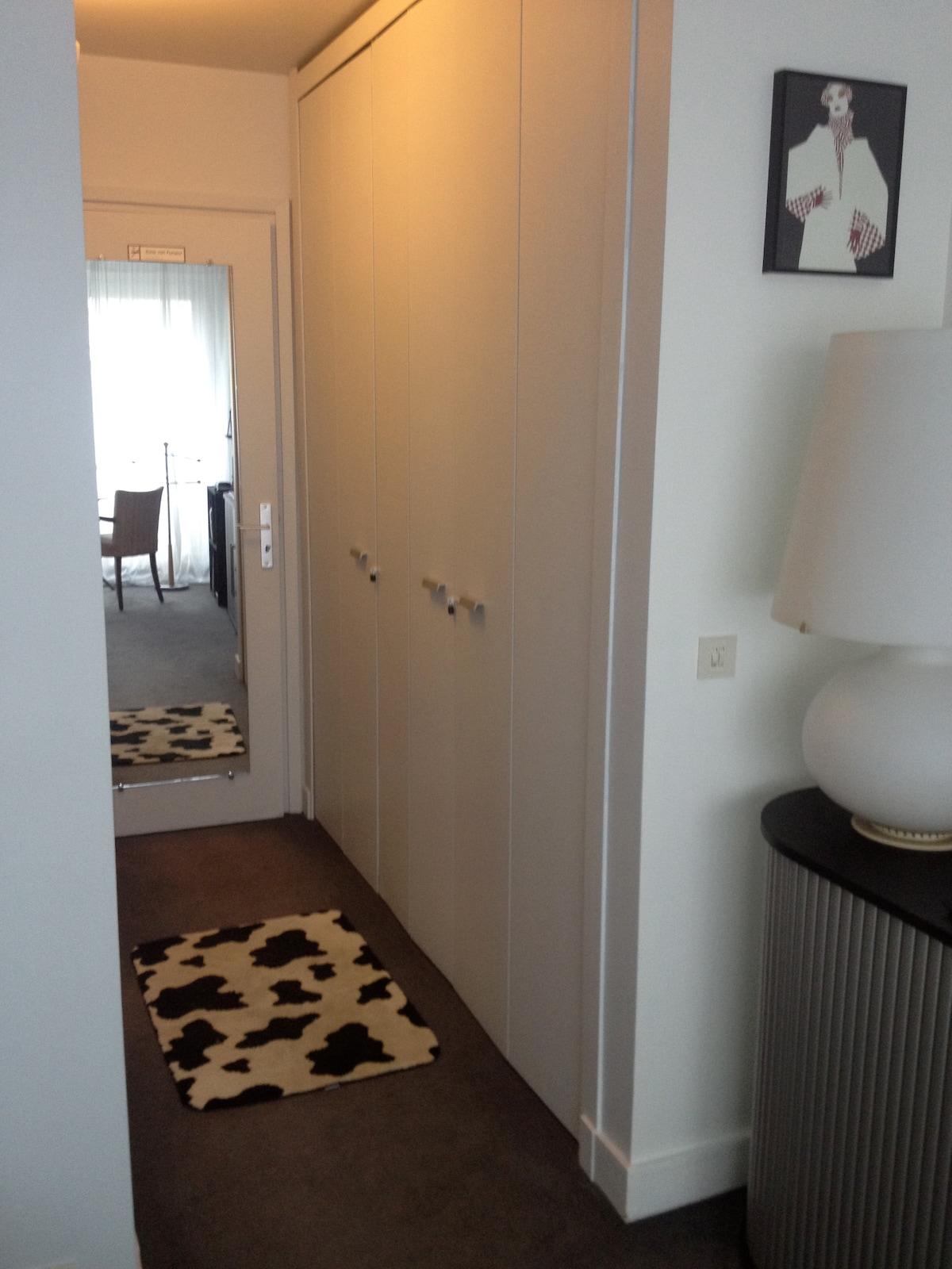 Petit couloir pour accéder à la salle de bains privée
