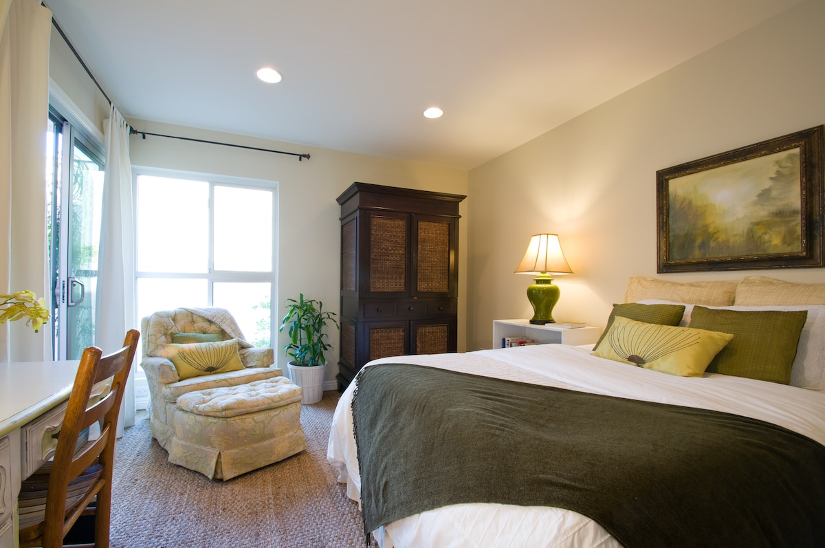 Guest double suite with balcony and walk in closet, desk and bureau