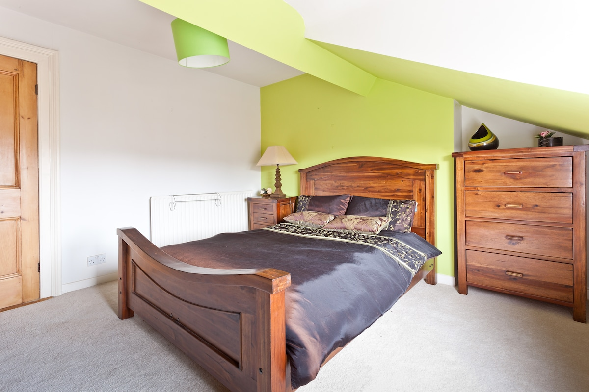 Spacious Room with King Size Bed on 3rd Floor of house