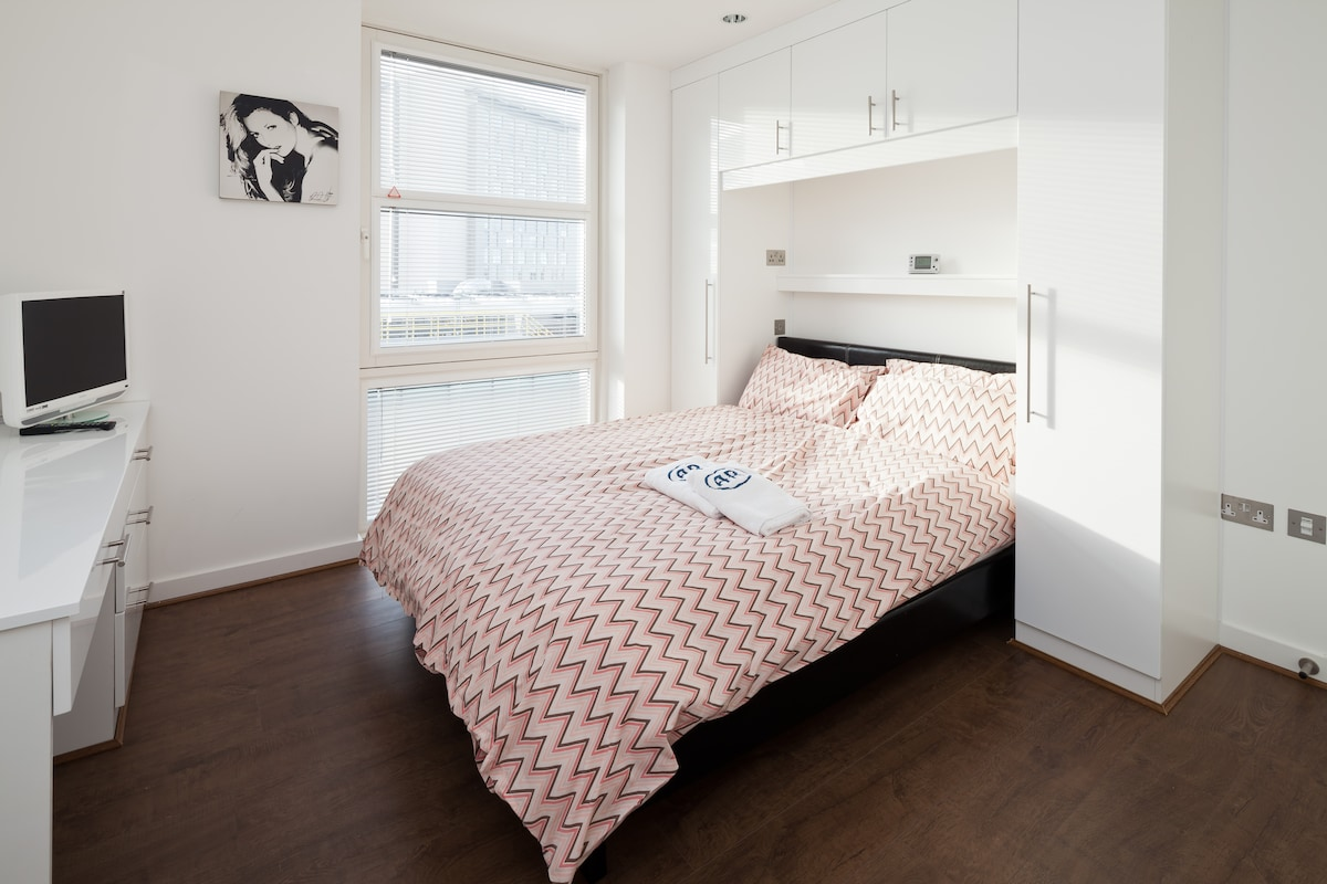 Bedroom 1, dressing table. Towels and Bedding provided