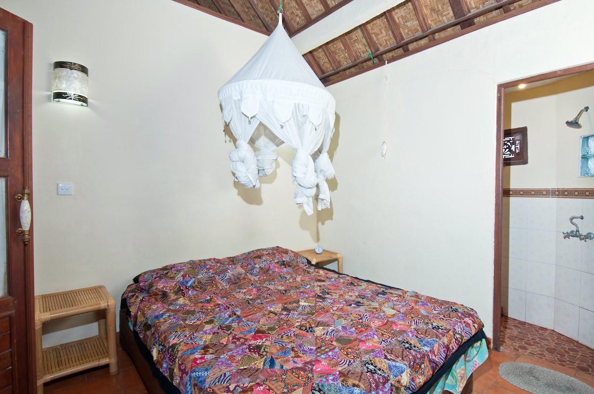 'Backpacker' room with ensuite bathroom.