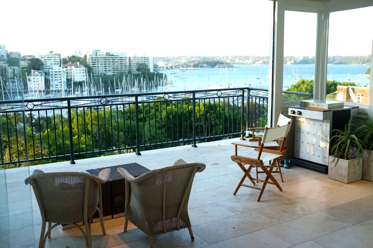 The bar and restaurant of the CYCA (home of the Sydney-Hobart yacht race) is two minutes' walk down the hill.