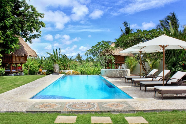 BIG GARDEN AND SWIMMING POOL