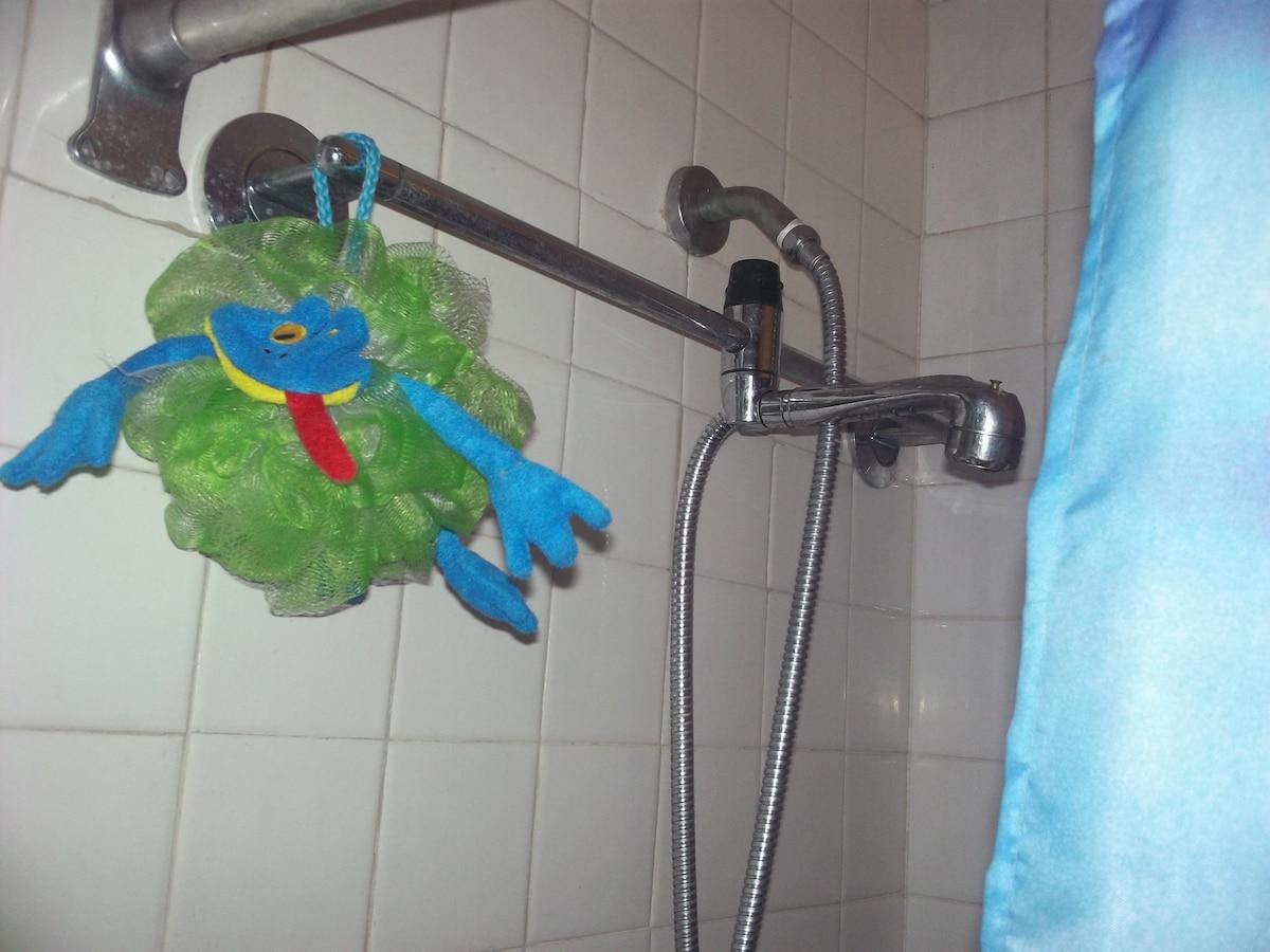 El agua caliente esta disponible sin restricciones.