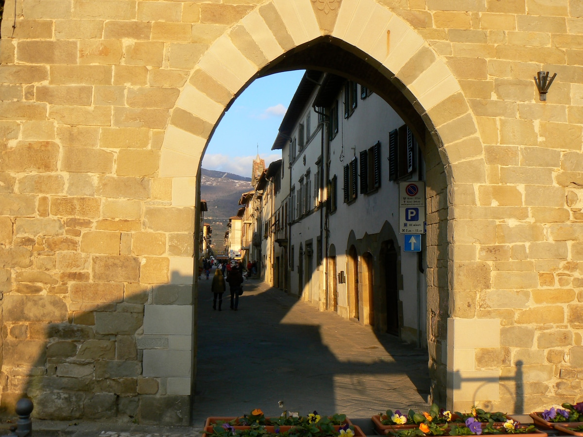 ..and a glimpse back through the gate onto the main drag.