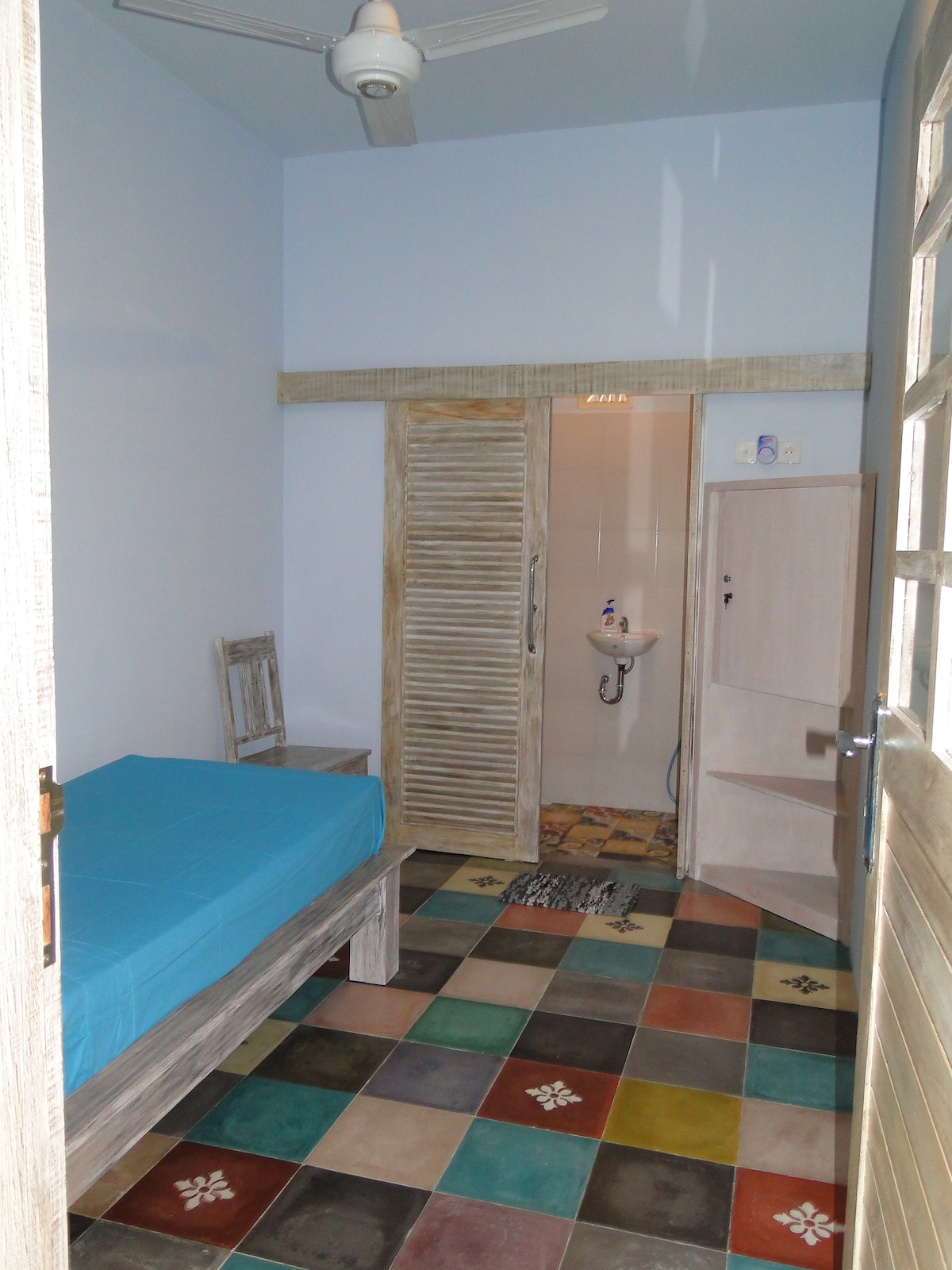 single room #2 - lockable cabinets and ensuite bathroom with own hot water