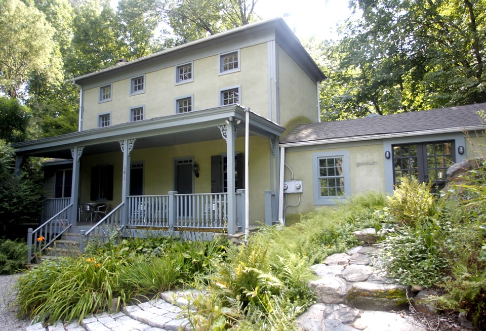 Your own two-story, quiet, private and romantic, historic hideaway... Den of Antiquity at The Foreman House, part of The Leiper Estate, circa 1830's.