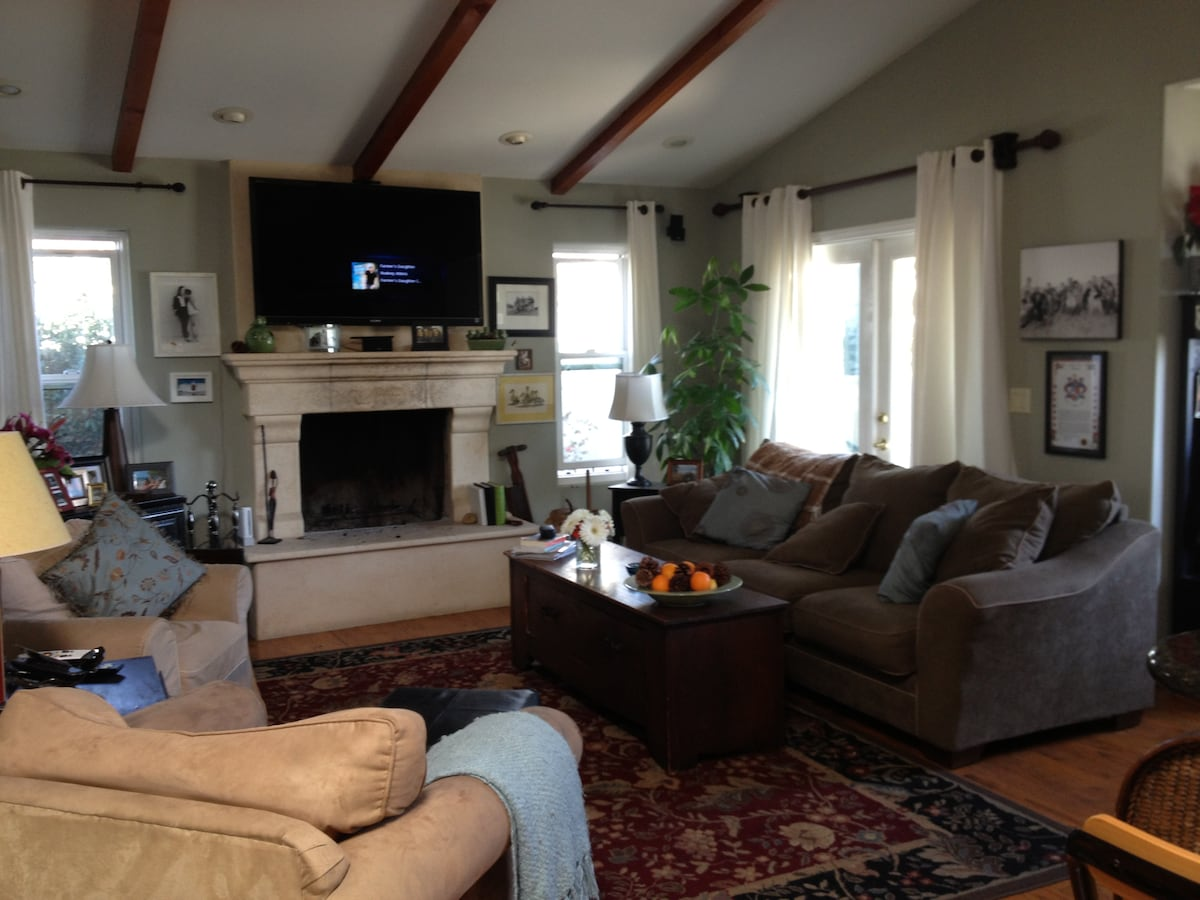 Living room with 45 inch flat screen and Bose surround sound