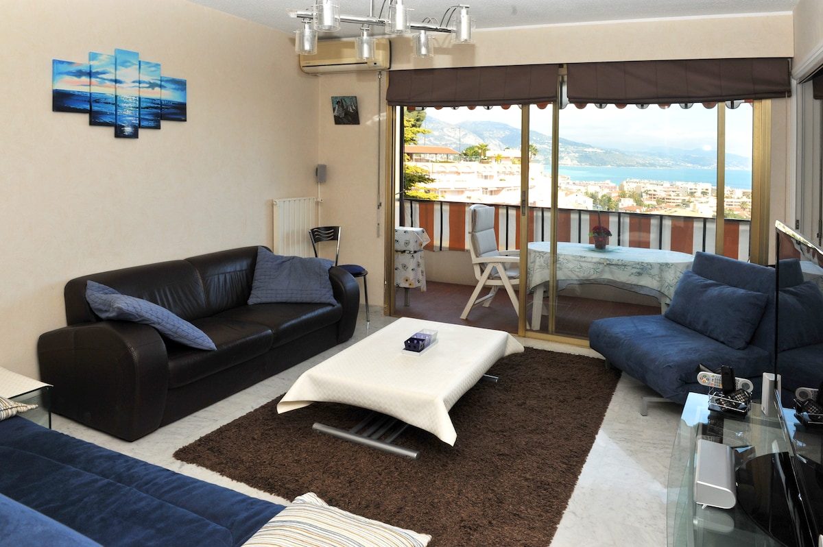living-room with folding coffee table- séjour avec table dépliante