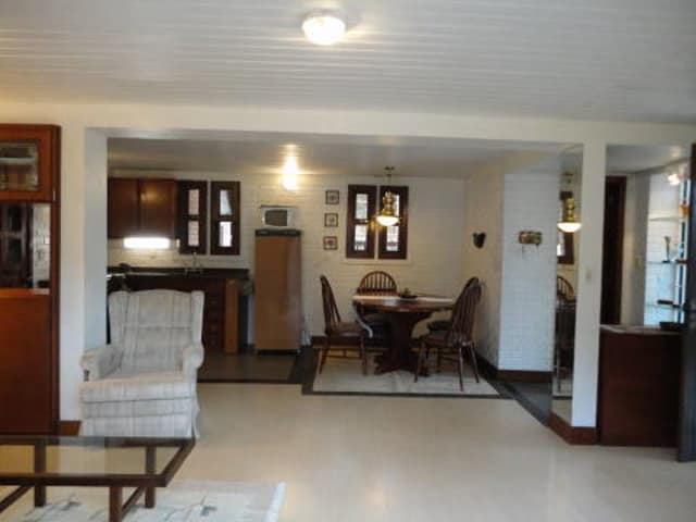 Sala com sofá, mesa oval para 8 pessoas. .Cozinha equipada. Calefação. Banheiro social.