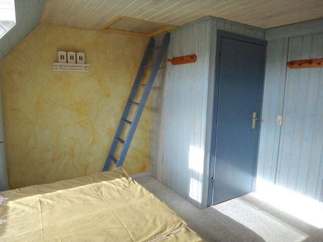 Blick zur linken Seite vom Bett aus. Hier seht Ihr die Zimmertür.
