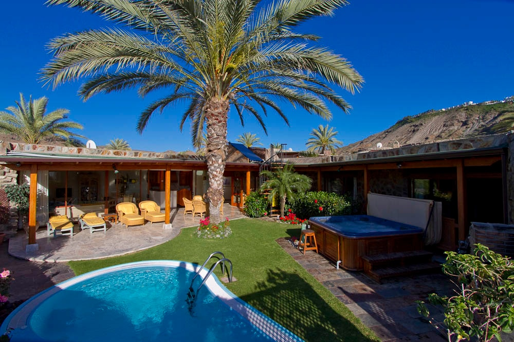 3 bed villa, private garden, heated salt water pool and an amazing hot tub