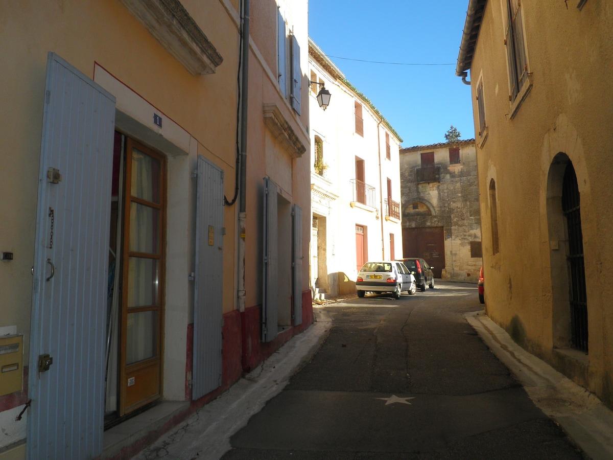 Notre rue avec l'entrée du château au fond de la photo