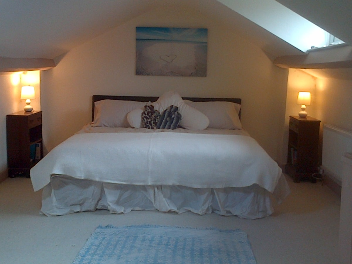 Relax in a huge comfy superking bed, in calm and tranquil surroundings...