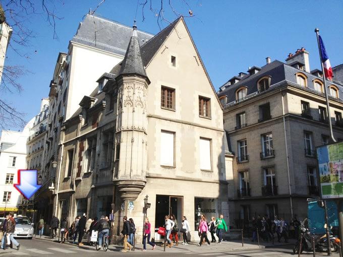 l'entrée se situe à l'angle des rues Vieille du temple et Francs Bourgeois. 3iem-4iem arrondissement.