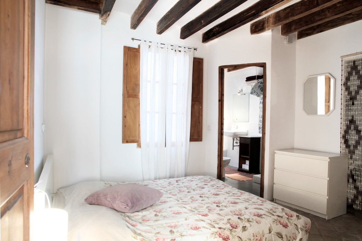 Bedroom with double bed, window and cabinets. Extra sheets. Washing machine and dryer.
