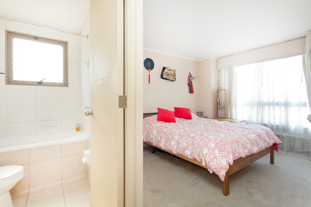 This is the room and its private bathroom, as you can see its very spacious